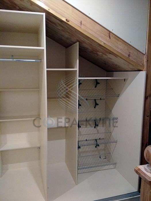 Встроенный шкаф купе под лестницу