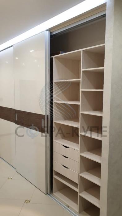 Встроенный трехстворчатый шкаф купе