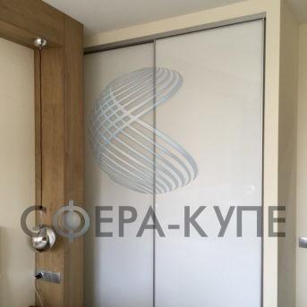 Встроенный шкаф купе с фасадом крашеное стекло
